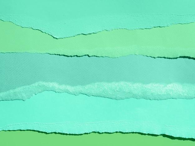 Composición abstracta de agua de mar con papeles de colores