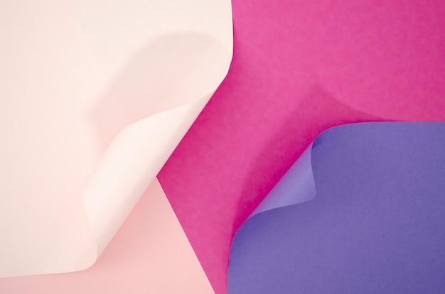 Composición abstracta de tonos violetas con papeles de colores