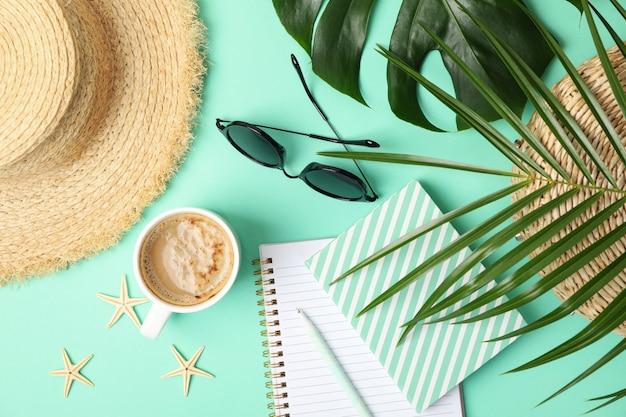 Composición con accesorios de blogger sobre fondo de menta. blog de viajes