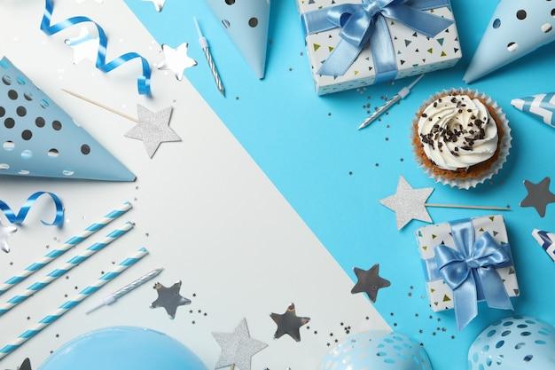 Composición con accesorios de cupcake y cumpleaños sobre fondo de dos tonos, espacio para texto