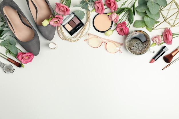 Composición con accesorios femeninos en blanco. blogger mujer