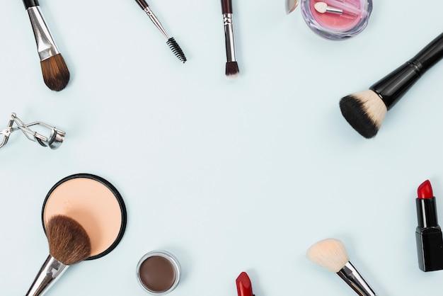 Composición con accesorios de maquillaje de belleza sobre fondo claro.