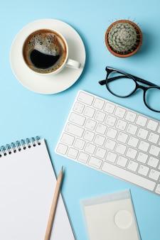 Composición con accesorios de negocios en azul. espacio de trabajo de blogger