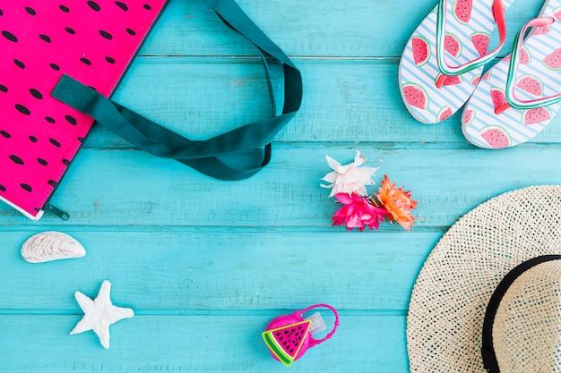 Composición de los accesorios de playa sobre fondo azul.