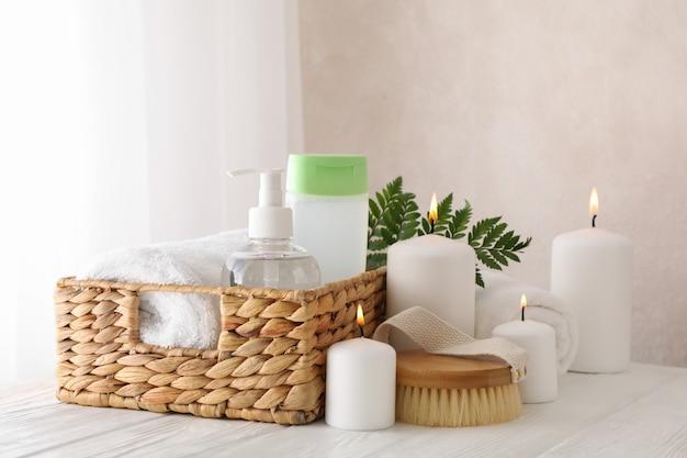 Composición con accesorios de spa sobre fondo blanco. cuidado del cuerpo