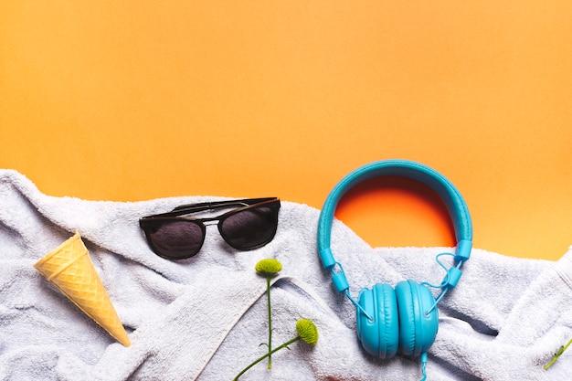 Composición de accesorios de verano sobre fondo brillante.