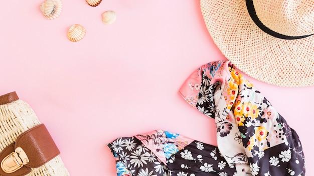 Composición con accesorios de verano vacaciones en la playa y conchas.