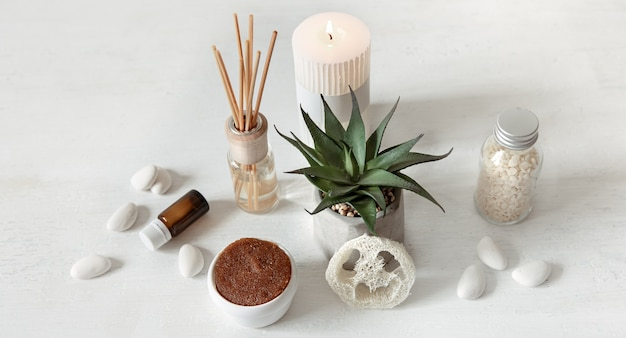 Composición acogedora con varitas de incienso para perfumes de interior y productos de salud y belleza.