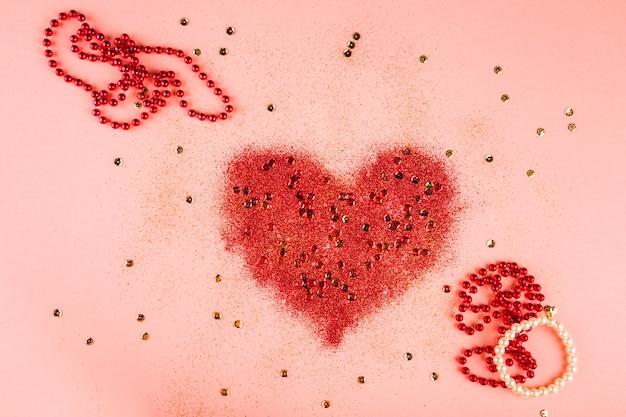 Composición adorable de carnaval con corazón y perlas