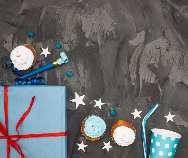 Composición adorable de cumpleaños con cupcakes