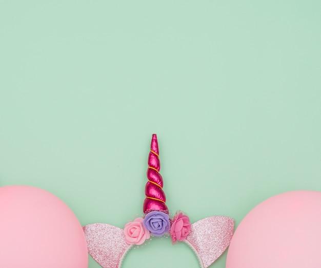 Composición adorable de cumpleaños con elementos de fiesta