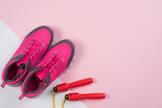 Composición adorable de deporte con comba y zapatillas