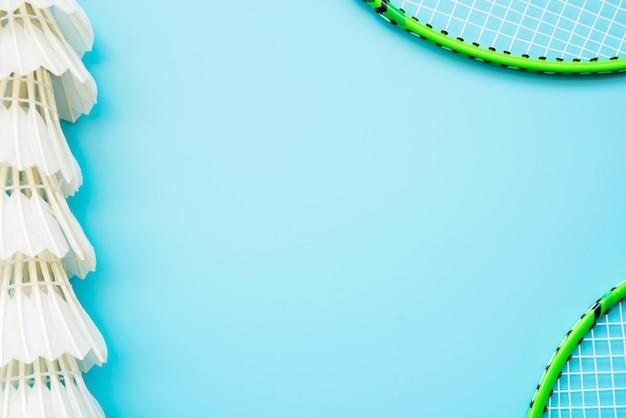 Composición adorable de deporte con elementos de badminton