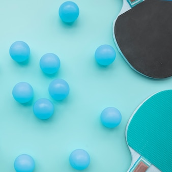 Composición adorable de deporte con elementos de ping-pong