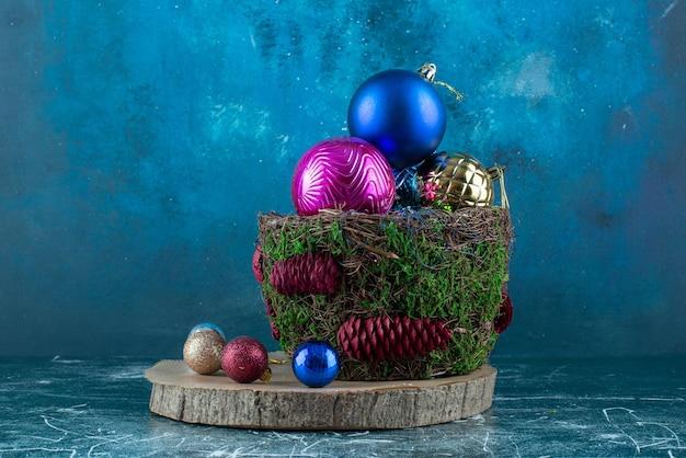 Composición de adornos navideños en azul.