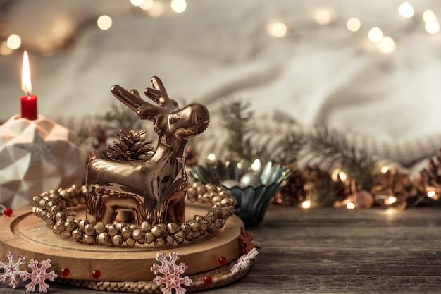 Composición con adornos navideños en el interior.