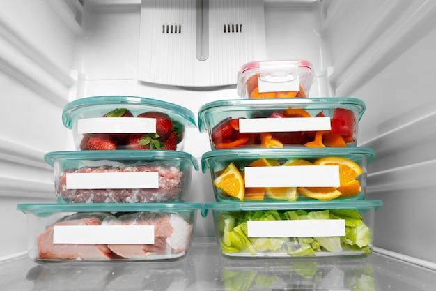 Composición de alimentos crudos saludables en la nevera.