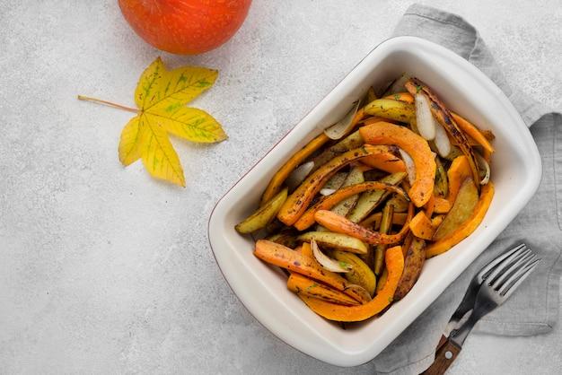 Composición de alimentos de otoño laicos plana sobre fondo blanco con espacio de copia