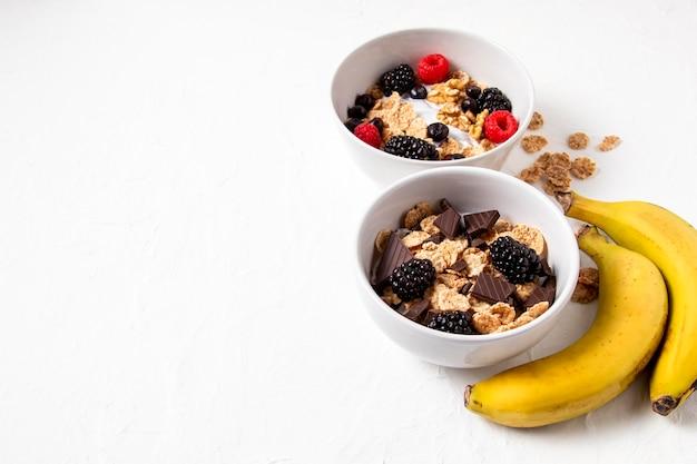 Composición de alto ángulo de cereales tazón de fuente saludable con espacio de copia