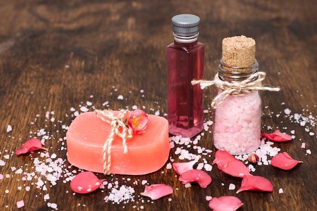 Composición de alto ángulo con jabón rosa y sal
