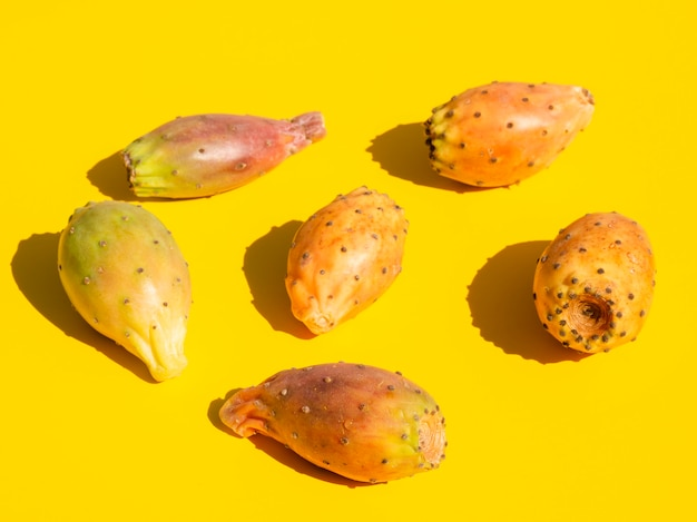 Composición de alto ángulo con verduras y fondo amarillo