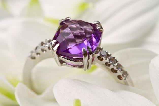 Composición de anillos y flores.