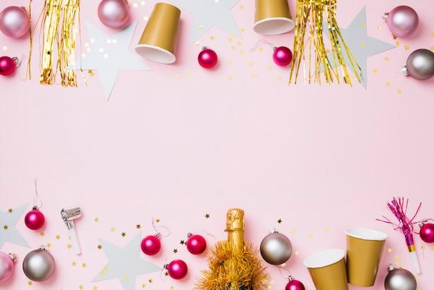 Composición de año nuevo de adornos con vasos de papel.