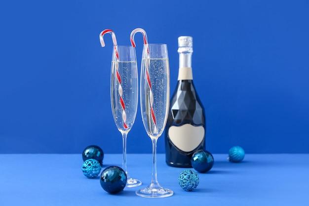 Composición de año nuevo con champán en la superficie de color