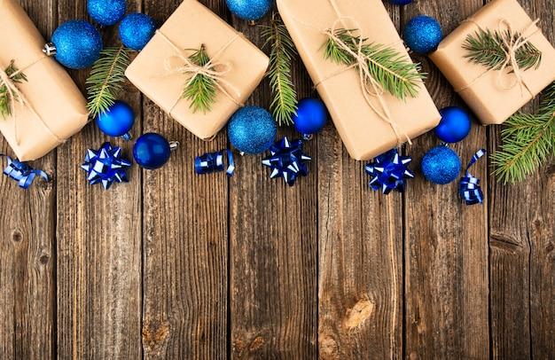 Composición de año nuevo fondo de navidad de juguetes azules y cajas de regalo sobre un fondo de madera.