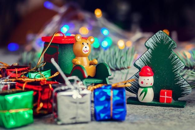 Composición de año nuevo de juguetes navideños y luces borrosas