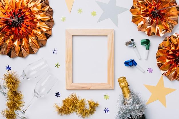 Composición de año nuevo de marco con gafas