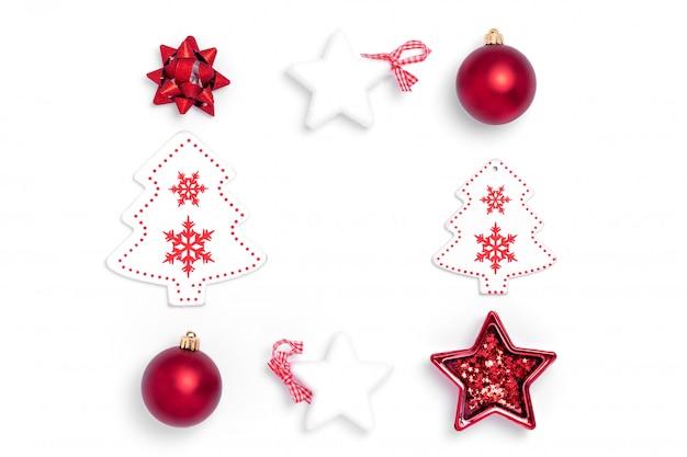 Composición de año nuevo y navidad. marco de bolas rojas, estrellas blancas, árbol de navidad, ciervos sobre fondo de papel blanco. vista superior, plano, copia espacio