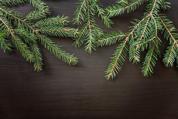 Composición de año nuevo de navidad sobre fondo de madera negro oscuro