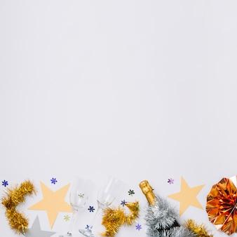 Composición de año nuevo de vasos con estrellas.