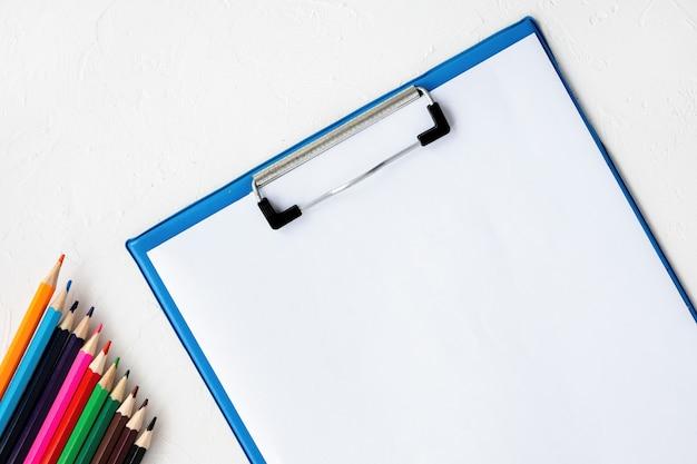 Composición de aparatos de pintura. lápices y papel. fondo claro