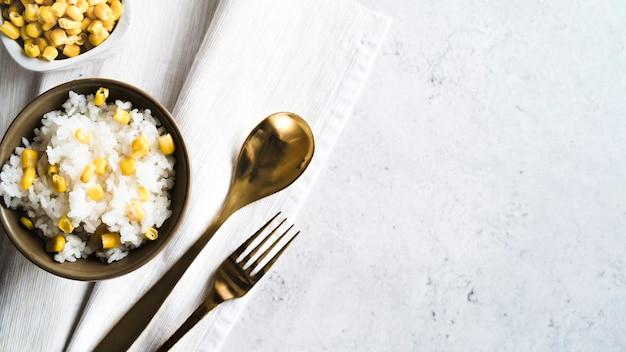 Composición de arroz con maíz en un tazón.