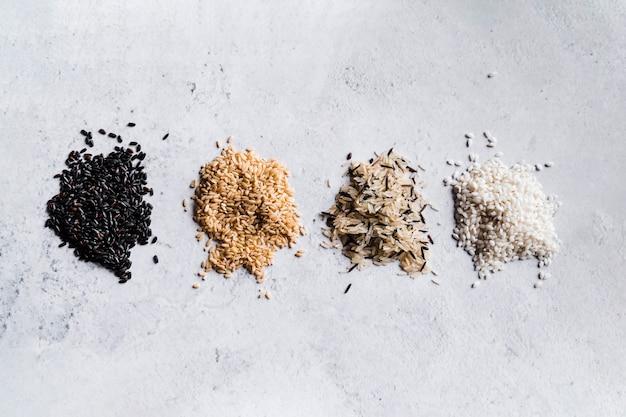 Composición de arroz marrón negro salvaje y blanco