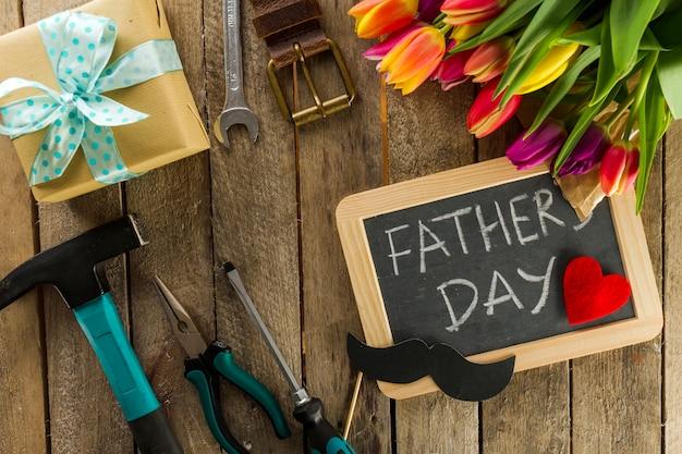 Composición con artículos decorativos preparada para el día del padre