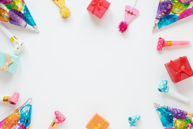 Composición de artículos festivos de cumpleaños con espacio de copia