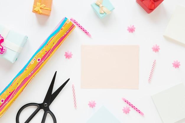 Composición de artículos festivos de cumpleaños con tarjeta vacía