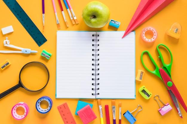 Composición de artículos de papelería para el estudio escolar.