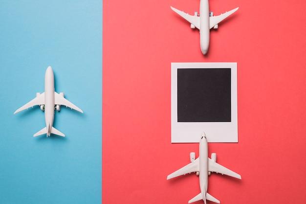 Composición de aviones de juguete y marco instantáneo.