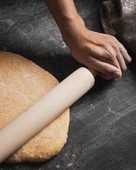 Composición de balanceo de mano de panadero de primer plano