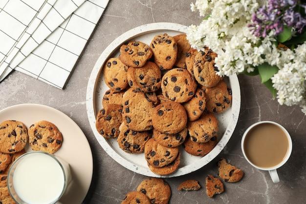 Composición con bandeja de galletas con chispas de chocolate en la mesa de color marrón claro. desayuno dulce