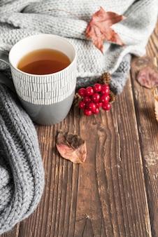 Composición con bebida caliente en mesa de madera.