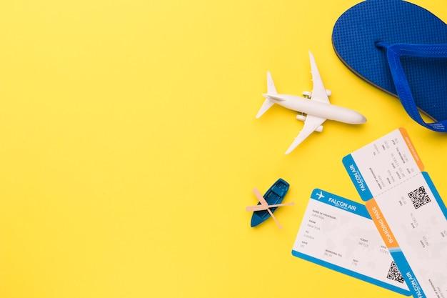 Composición de billetes de avión de avión de juguete y chanclas