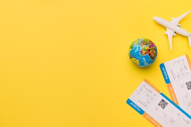 Composición de billetes de avión pequeños y globo.