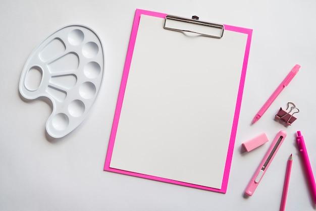 Composición de boceto tablero plumas lápiz papelería cuchillo y paleta