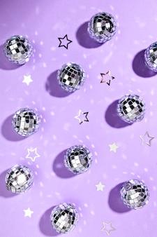 Composición de bodegones de bolas de discoteca en miniatura