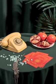 Composición de bodegones de moda en mesa